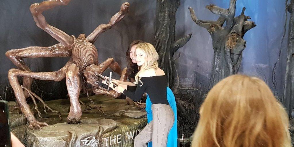"""Фрейя Аллан и Лорен Шмидт на стенде """"Ведьмака"""""""