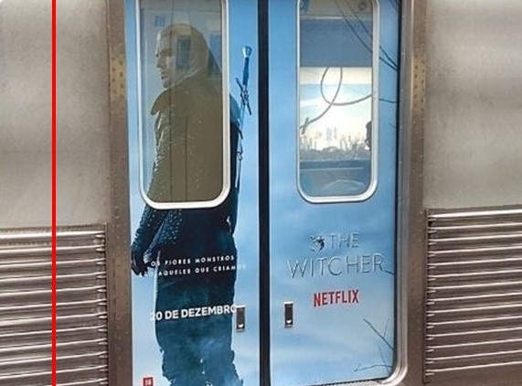 "Реклама ""Ведьмака"" на дверях вагона метро в Бразилии"