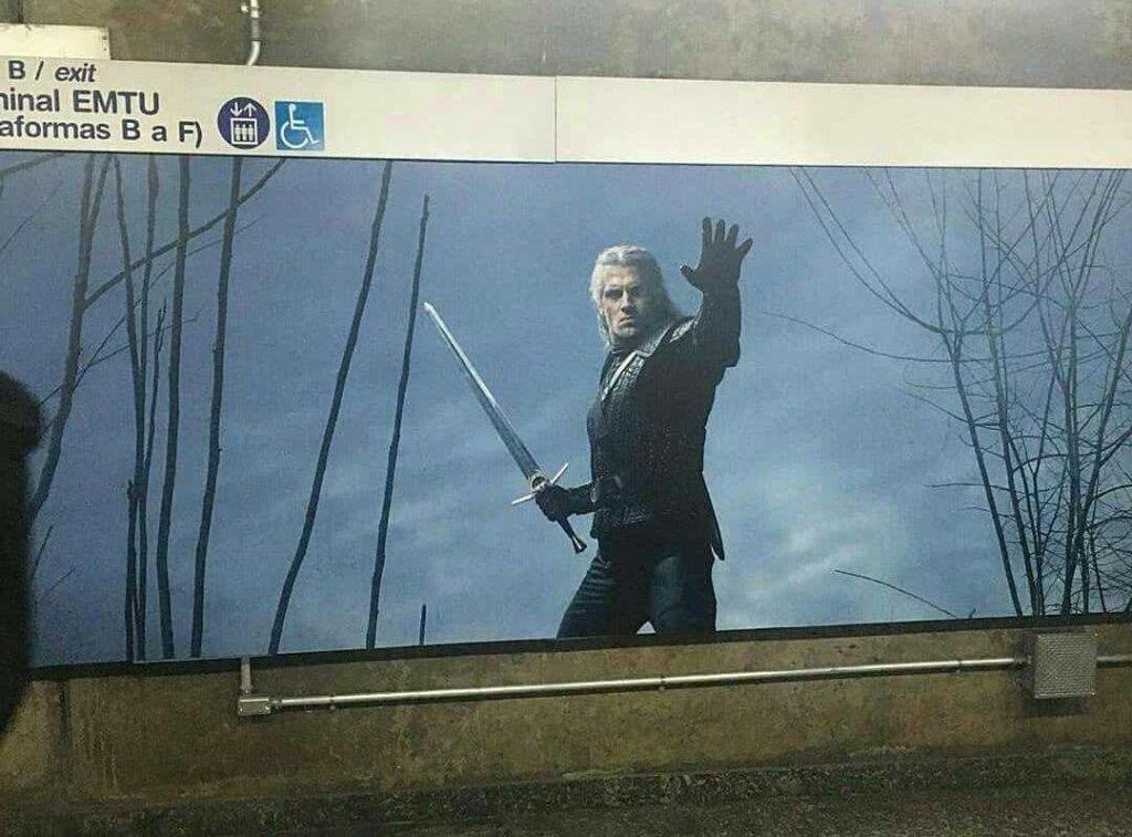 """Реклама сериала """"Ведьмак"""" в переходе. Бразилия."""