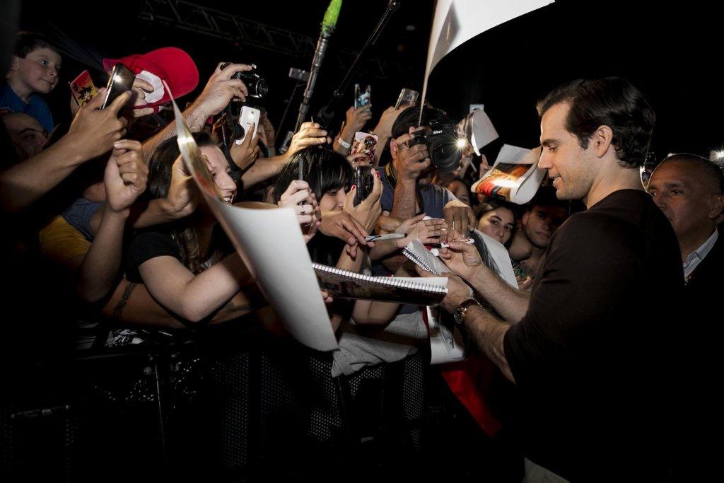Поклонники встречают Генри Кавилла на Comic-Con в Аргентине
