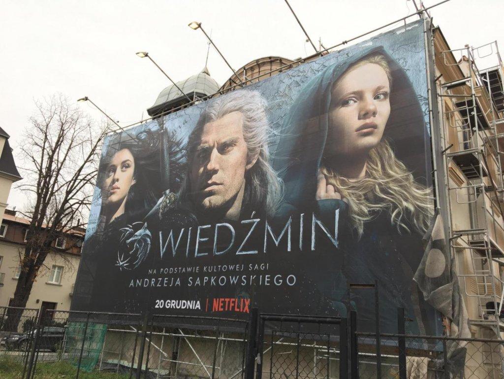 """Постер сериала """"Ведьмак"""" размером с дом в Кракове (Польша)"""