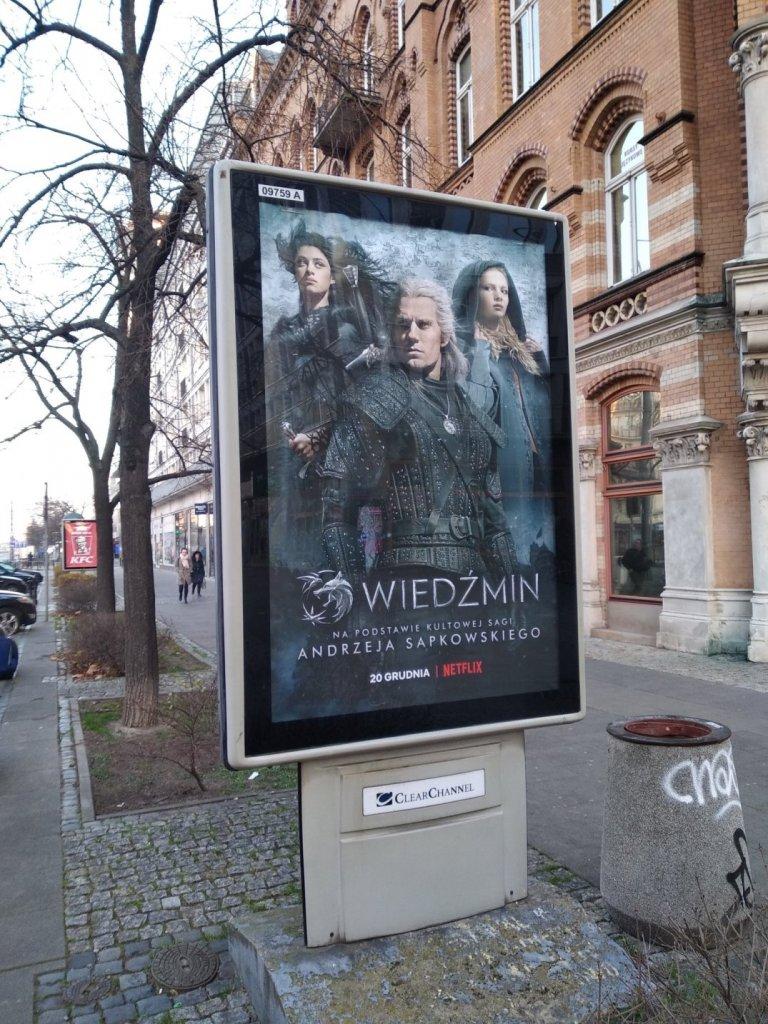 """Реклама сериала """"Ведьмак"""" на автобусной остановке в Польше"""