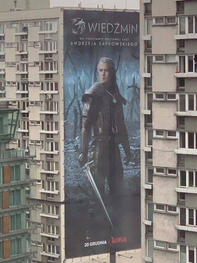 """Постер """"Ведьмака"""" на стене многоэтажного дома в Польше"""