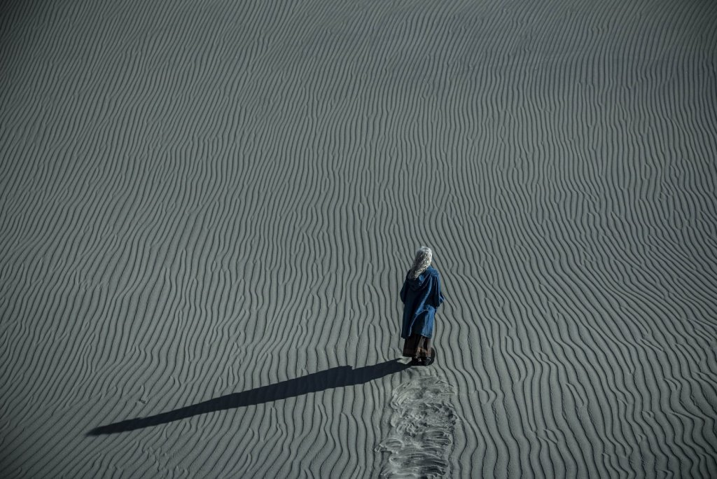 Цири (Фрейя Аллан) в пустыне
