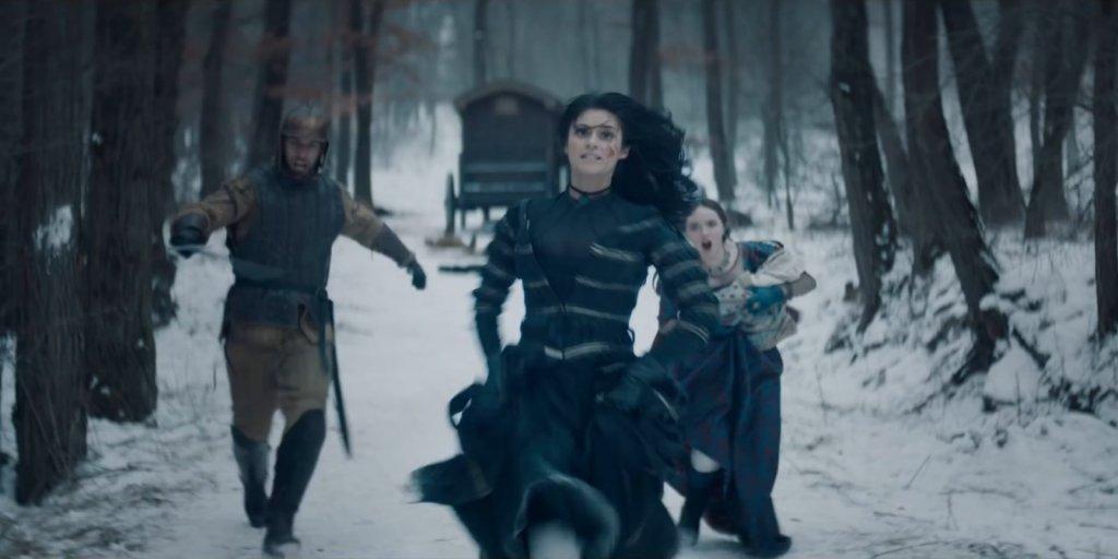 """Йеннифер и Калис убегают. Сцена из сериала """"Ведьмак""""."""