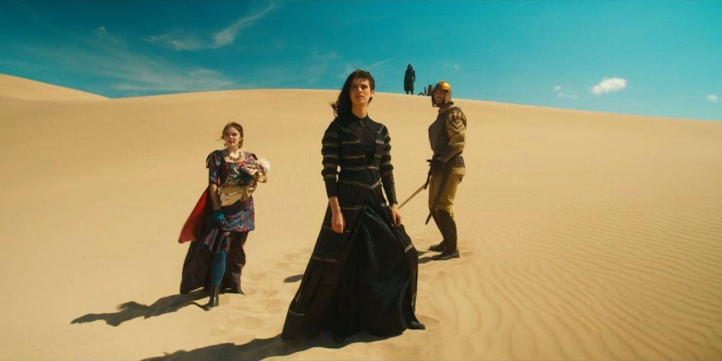 """Йеннифер и Калис в пустыне. Сцена из сериала """"Ведьмак""""."""