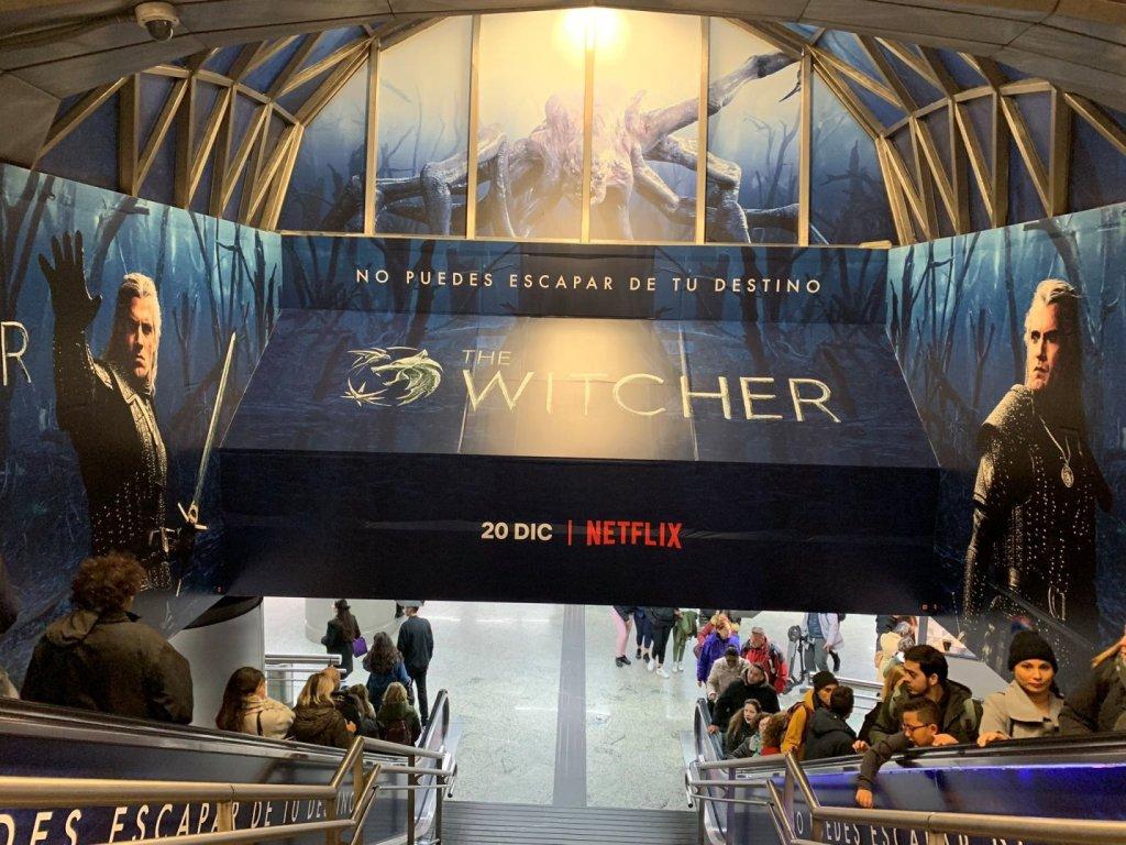 """Реклама сериала """"Ведьмак"""" в метро Мадрида. Испания."""