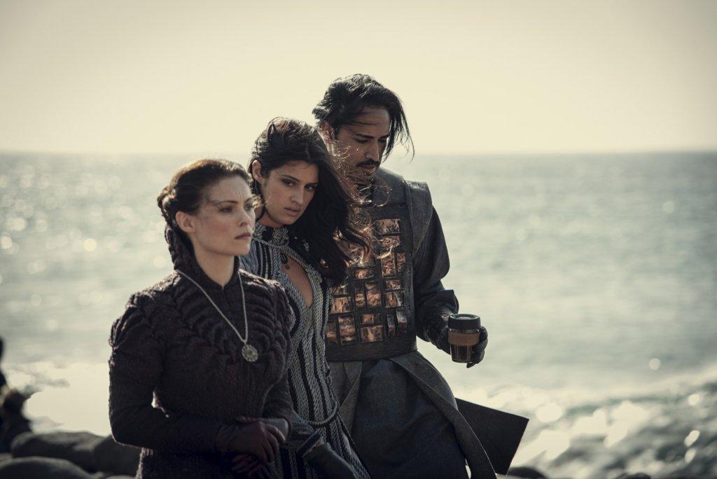 Тиссая (МайАнна Беринг), Йеннифер (Аня Чалотра) и Вильгефорц (Махеш Джаду). 8 серия.