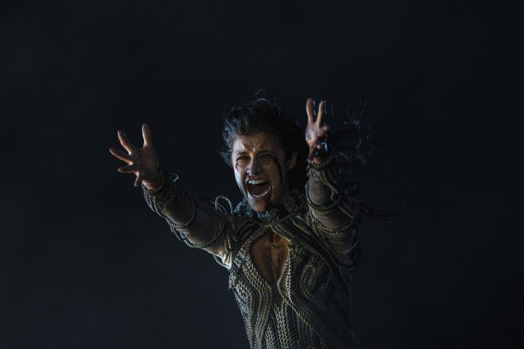 Йеннифер (Аня Чалотра) во время битвы под Содденом. 8 серия.