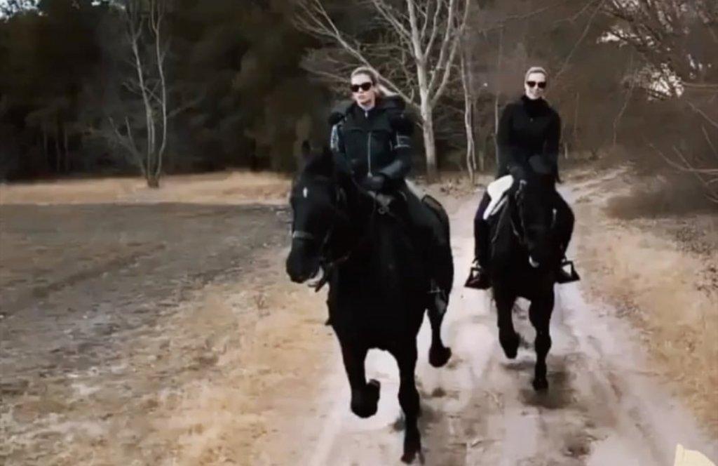 """Натали Дормер на лошади неподалеку от места съемок сериала """"Ведьмак"""""""